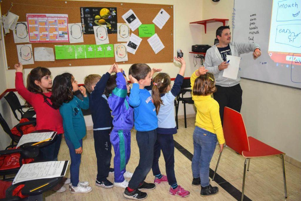 clases de inglés para niños de 6 a 7 años foto